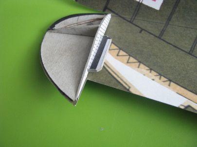 wzmocnienie końcówek skrzydeł stanowi zarazem element centrujący główny dźwigar
