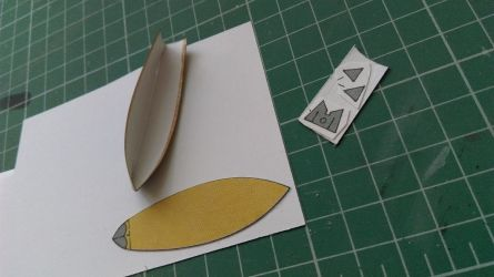 Górną część łodzi podkleiłem na zwykłą kartę z bloku technicznego, wówczas zyskałem lepsze panowanie nad elementem