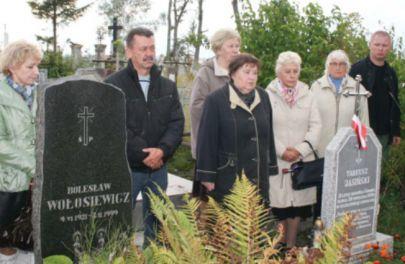 Mieszkańcy Grodna nad grobem Tadzia.