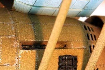 Zbliżenie na karabin maszynowy - jeszcze w trakcie klejenia modelu