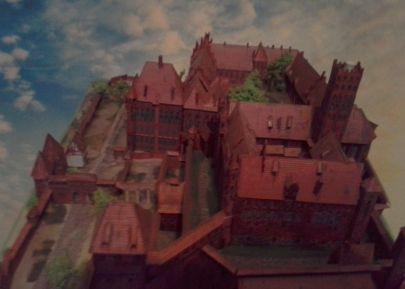Zamek wysoki dalej niski z lewej brama