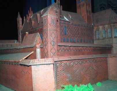 Zamek wysoki od strony fosy