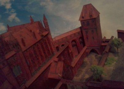 Z lewej ściana Kościoła NMP z przodu gdanisko